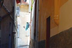 Узкий путь переулка в Франции с clothelines Стоковое Изображение