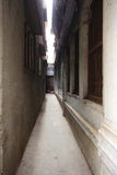 Узкий путь переулка Стоковые Изображения