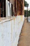 Узкий тротуар около покинутого здания стоковая фотография rf