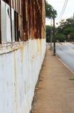 Узкий тротуар около старой фабрики Стоковое Изображение RF