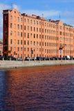 Узкое здание терракоты на портовом районе реки Стоковое Фото