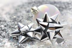 Узлы подарка и шарик рождества Стоковые Изображения RF