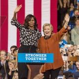 УИНСТОН-СЕЙЛЕМ, NC - 27-ОЕ ОКТЯБРЯ 2016: Демократичный кандидат в президенты Хиллари Клинтон и дама Мишель Обама США первого появ Стоковое Изображение