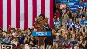 УИНСТОН-СЕЙЛЕМ, NC - 27-ОЕ ОКТЯБРЯ 2016: Демократичный кандидат в президенты Хиллари Клинтон и дама Мишель Обама США первого появ стоковое фото rf