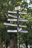 Указатели к различным городам мира в Гданьск Польше стоковое фото rf