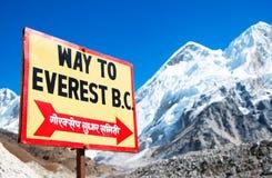 Указатель к базовому лагерю Mount Everest Взгляд Эвереста и Nup стоковые изображения rf