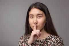 Указательный палец на рте Стоковые Фотографии RF