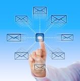Указательный палец посылая значки электронной почты в космос кибер стоковая фотография