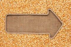 Указатель сделанный от веревочки при горохи зерна лежа на дерюге Стоковые Изображения RF