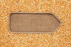 Указатель сделанный от веревочки при горохи зерна лежа на дерюге Стоковые Фото