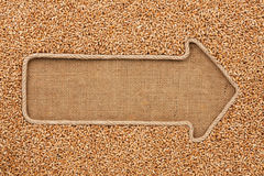 Указатель сделанный от веревочки при пшеница зерна лежа на дерюге Стоковые Фотографии RF