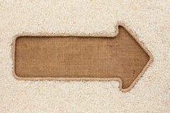 Указатель сделанный от веревочки при рис зерна лежа на дерюге Стоковое Фото