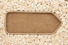 Указатель сделанный от веревочки при семена тыквы лежа на дерюге Стоковое Фото