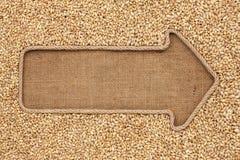 Указатель сделанный от веревочки при ячмень жемчуга зерна лежа на sackclo Стоковая Фотография RF