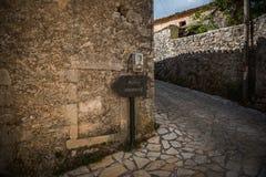 Указатель с телефоном на Закинфе, Греции Стоковая Фотография