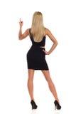 Указывать белокурое вид сзади женщины Стоковая Фотография
