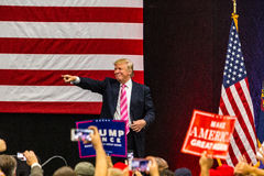 Указывать Дональд Трамп стоковые фотографии rf