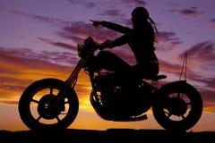 Указывать езды мотоцикла женщины силуэта стоковое изображение