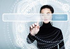 Указывать женская рука с пустым баром адреса на виртуальном экране Стоковые Фото