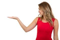 указывать женщина знака Молодая красивейшая сексуальная женщина показывая космос экземпляра на пустой пустой карточке знака или п Стоковое Фото