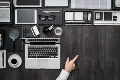 Указывать и настольный компьютер бизнесмена с компьтер-книжкой Стоковая Фотография