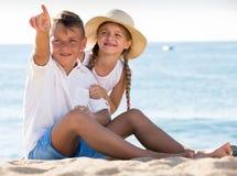 Указывать мальчика и девушки Стоковая Фотография