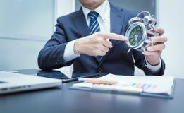 указывать часов бизнесмена Фото Конца-вверх Стоковое Изображение RF
