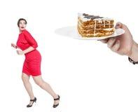 луки питания диетпитания принципиальной схемы на помещенную таблицу плиты Торт добавочной женщины размера испуганный стоковая фотография