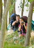 укладывает рюкзак пары биноклей outdoors стоковые фото