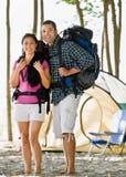 укладывает рюкзак пары нося места для лагеря стоковое изображение