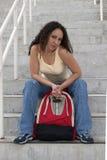 укладывайте рюкзак детеныши студента latina sassy Стоковое Изображение RF