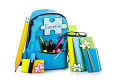 Укладывайте рюкзак при школьные принадлежности, изолированные на белой предпосылке Стоковые Фото