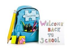 Укладывайте рюкзак при школьные принадлежности, изолированные на белой предпосылке bac Стоковые Изображения RF