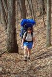 укладывая рюкзак женщины волка тропки заводи Стоковые Изображения