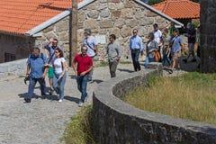 укладывая рюкзак красивейший поход еды пар пролома hiking люди национального парка ландшафта ослабляя Испанию принимая teide tene стоковые фото