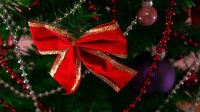 Укомплектовывает личным составом руку украшая рождественскую елку конец вверх видеоматериал