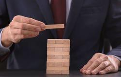Укомплектуйте личным составом башню здания от деревянных блоков на таблице Стоковая Фотография RF