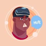 Укомплектуйте личным составом безгласное Афро-американское мужское Emoji нося виртуальную концепцию выражения лица воплощения зна Стоковое фото RF