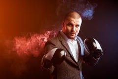 Укомплектуйте личным составом бизнесмена в серых перчатках костюма и бокса Стоковые Фотографии RF