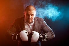 Укомплектуйте личным составом бизнесмена в серых перчатках костюма и бокса Стоковое Изображение
