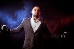 Укомплектуйте личным составом бизнесмена в серых перчатках костюма и бокса Стоковое фото RF