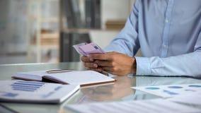 Укомплектуйте личным составом бюджет планирования, подсчитывая евро в офисе, распределение доходов мелкого бизнеса стоковая фотография rf