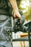 Укомплектуйте личным составом владение камера в руку Стоковое Изображение RF