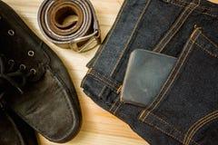 укомплектуйте личным составом вскользь деревянный стол аксессуаров моды обмундирований, (рубашка, демикотон стоковое фото