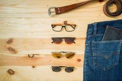 укомплектуйте личным составом вскользь деревянный стол аксессуаров моды обмундирований, (рубашка, демикотон стоковые изображения rf
