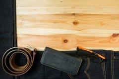укомплектуйте личным составом вскользь деревянный стол аксессуаров моды обмундирований, (рубашка, демикотон стоковая фотография
