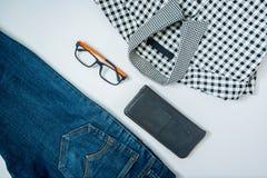 укомплектуйте личным составом вскользь обмундирования аксессуары моды изолировали белизну, (рубашка, je стоковые изображения