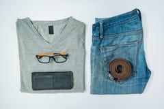 укомплектуйте личным составом вскользь обмундирования аксессуары моды изолировали белизну, (рубашка, je стоковые фотографии rf