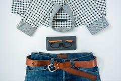 укомплектуйте личным составом вскользь обмундирования аксессуары моды изолировали белизну, (рубашка, je стоковая фотография
