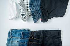 укомплектуйте личным составом вскользь обмундирования аксессуары моды изолировали белизну, (рубашка, je стоковое изображение rf